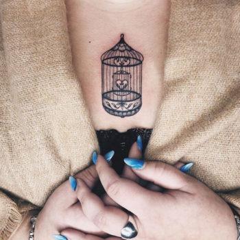 tatouage minimaliste cage oiseau