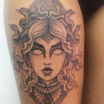 tatouage medusa cannes tattoo cuisse black work trad neotrad